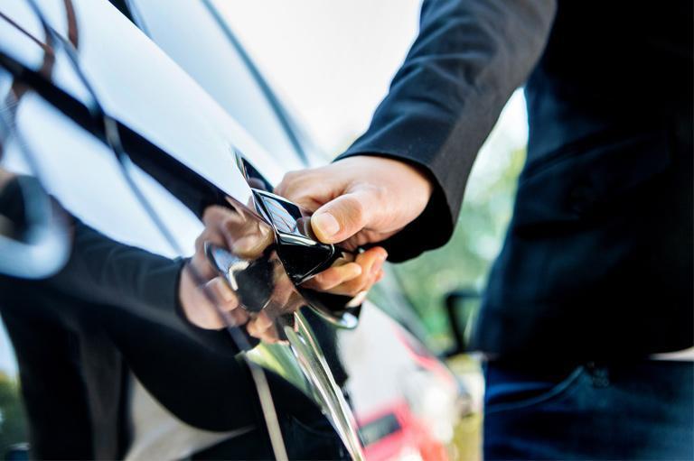 Osoba trzyma klamkę samochodu